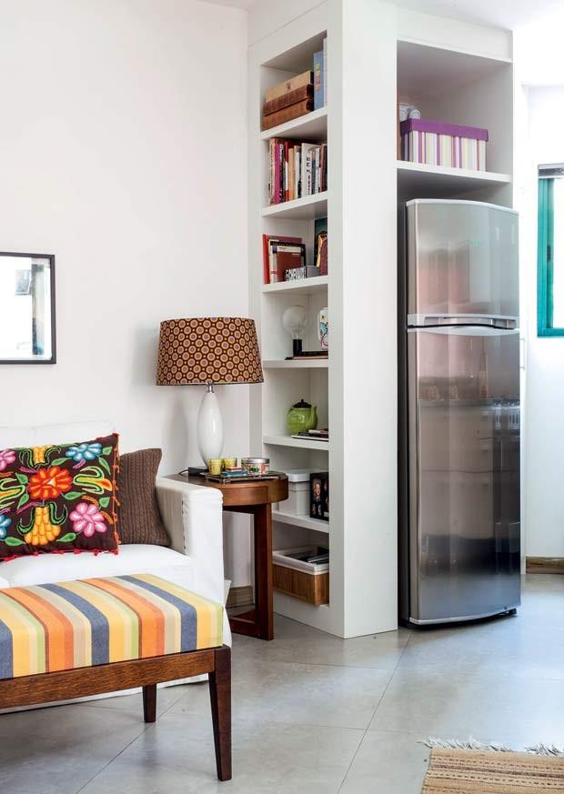 paredes-angulos-irregulares-movel-mdf-laqueado-branco-geladeira-prateleiras-estante